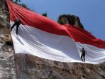 Bentangkan Bendera Sepanjang 72 Meter di Atas Bukit