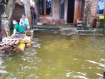 Banjir Meninggi, Banyak Warga Tetap di Rumah