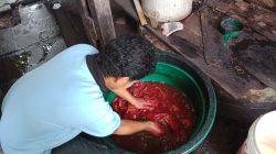 Merendam kain batik