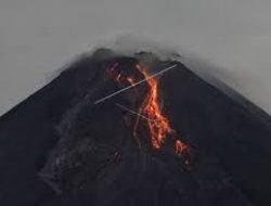 Merapi Luncurkan Tiga Kali Guguran Lava Pijar