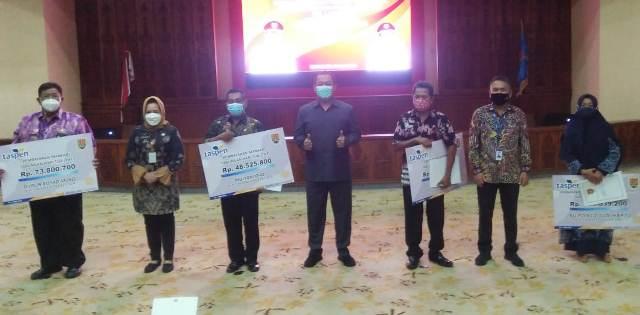 Walikota Semarang Hendrar Prihadi menyerahkan Surat Keputusan (SK) Pensiun pada ahli waris ASN Kota Semarang