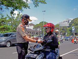 Serdik Sespimmen Polri Dikreg ke- 61 Bagikan Masker Kepada Pengguna Jalan