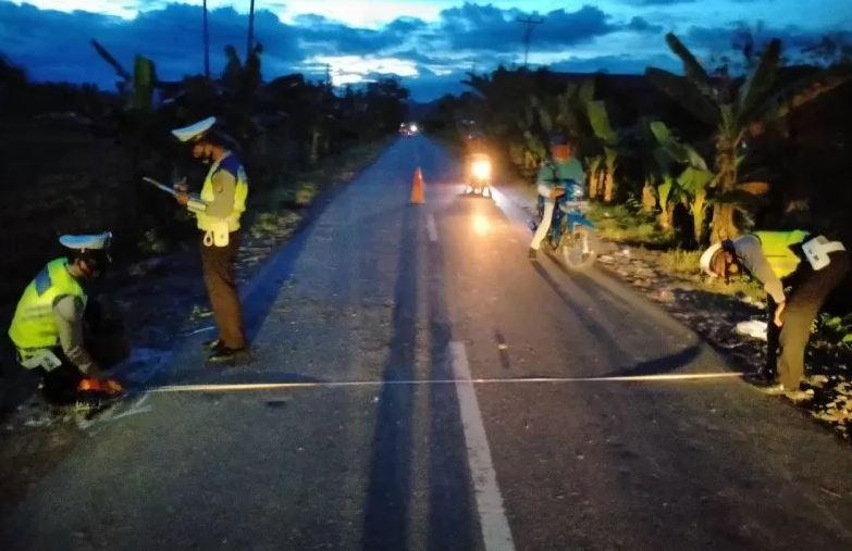 Anggota satuan lalu lintas Polsek Toili saat melakukan olah TKP kecelakaan maut di jalur trans Sulawesi