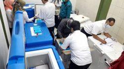Petugas mengatur penyimpanan pasokan vaksin Covid-19