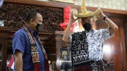 Ganjar Pranowo menerima cenderamata dari Raja Nusak Termanu Rote Ndao