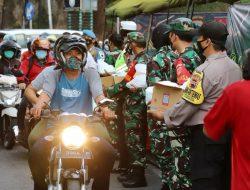 TNI-Polri Bagikan 36.000 Takjil