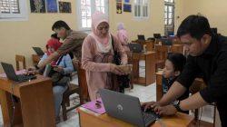 Sejumlah wali murid mendampingi anaknya mendaftar sekolah secara online.