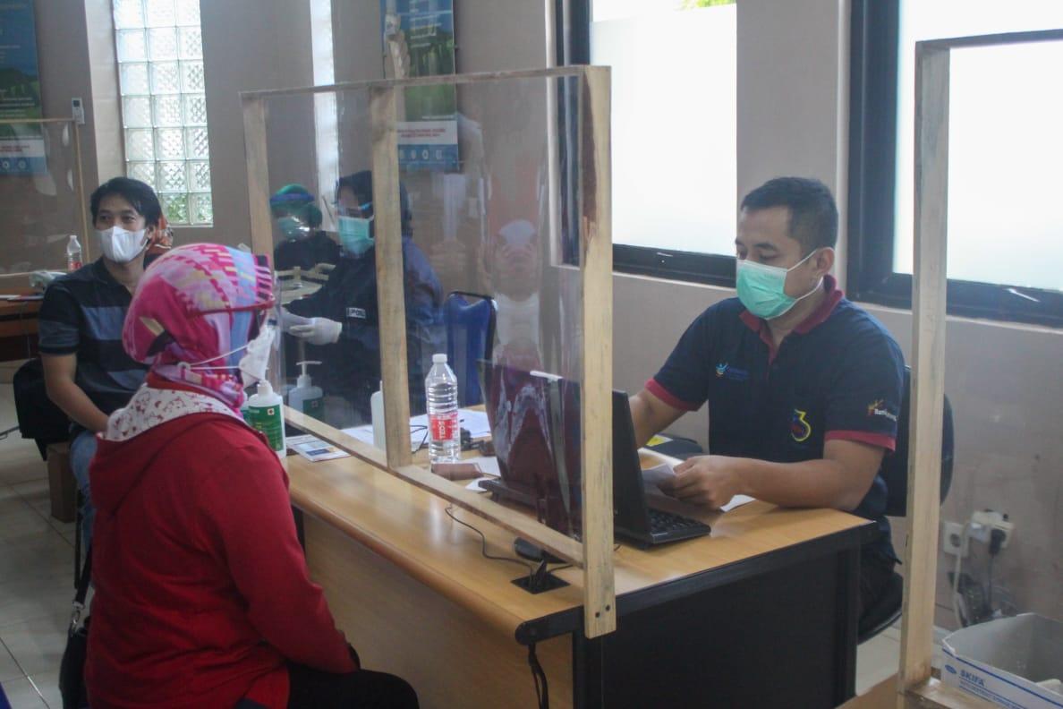 melakukan proses skrining sebelum vaksinasi Covid-19 di RS Mardi Rahayu Kudus