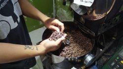 Fana Hadi (Oteng) menyoritr biji kopi